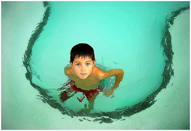 640px-Child_in_swimming_pool-1