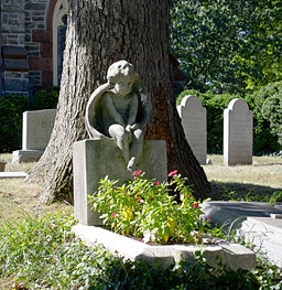 Child_angel_on_a_child's_grave_-_Oak_Hill_Cemetery_-_2013-09-04