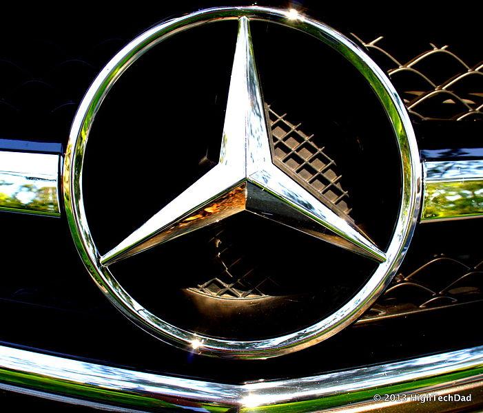 Front_Mercedes_Grill_Emblem_-_2013_Mercedes_CLS_63_AMG_9267460407