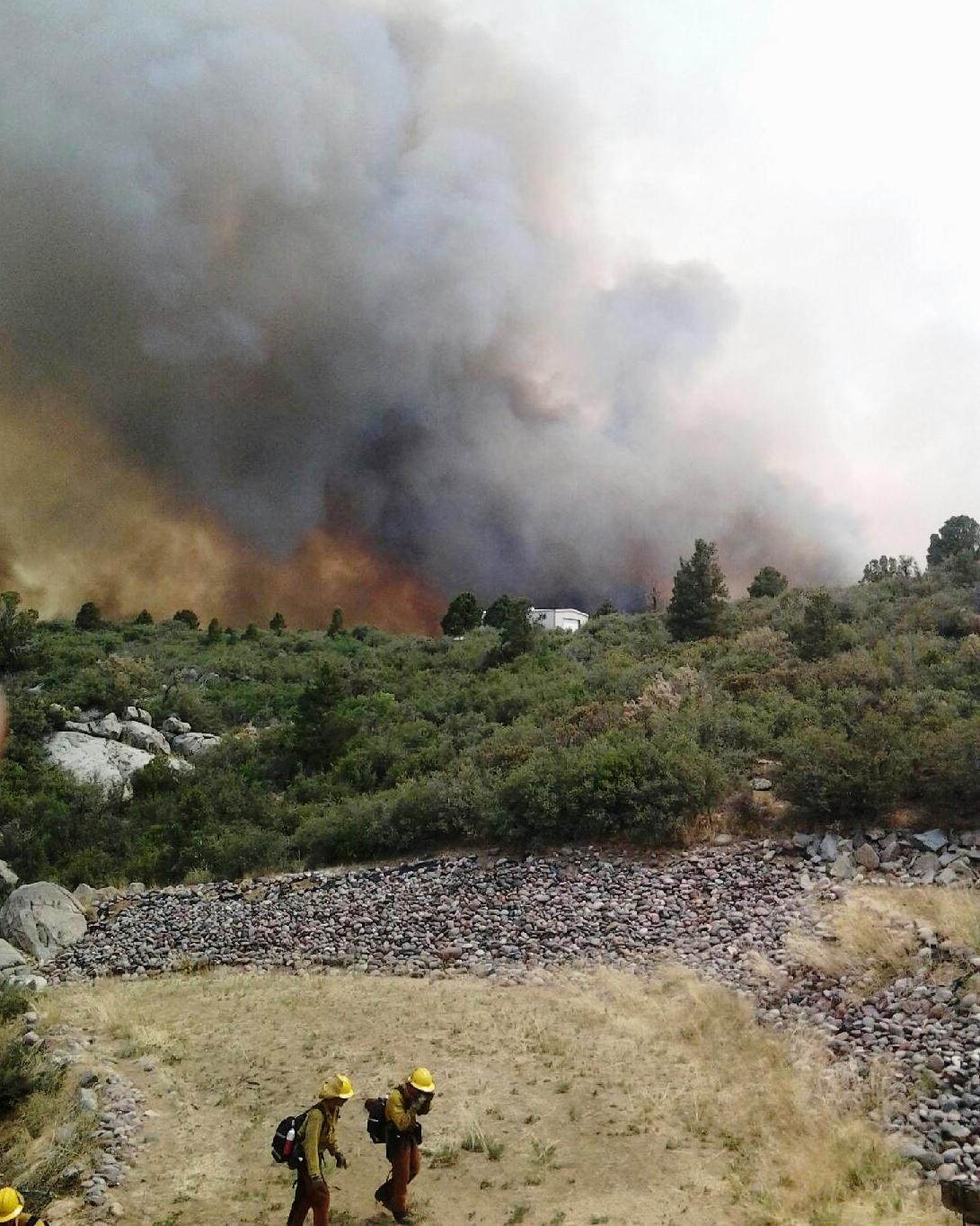 Yarnell_Hill_Fire_with_firefighters_in_the_foreground