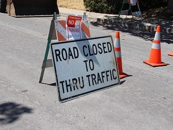 https://pixabay.com/en/road-closed-construction-detour-2698182/